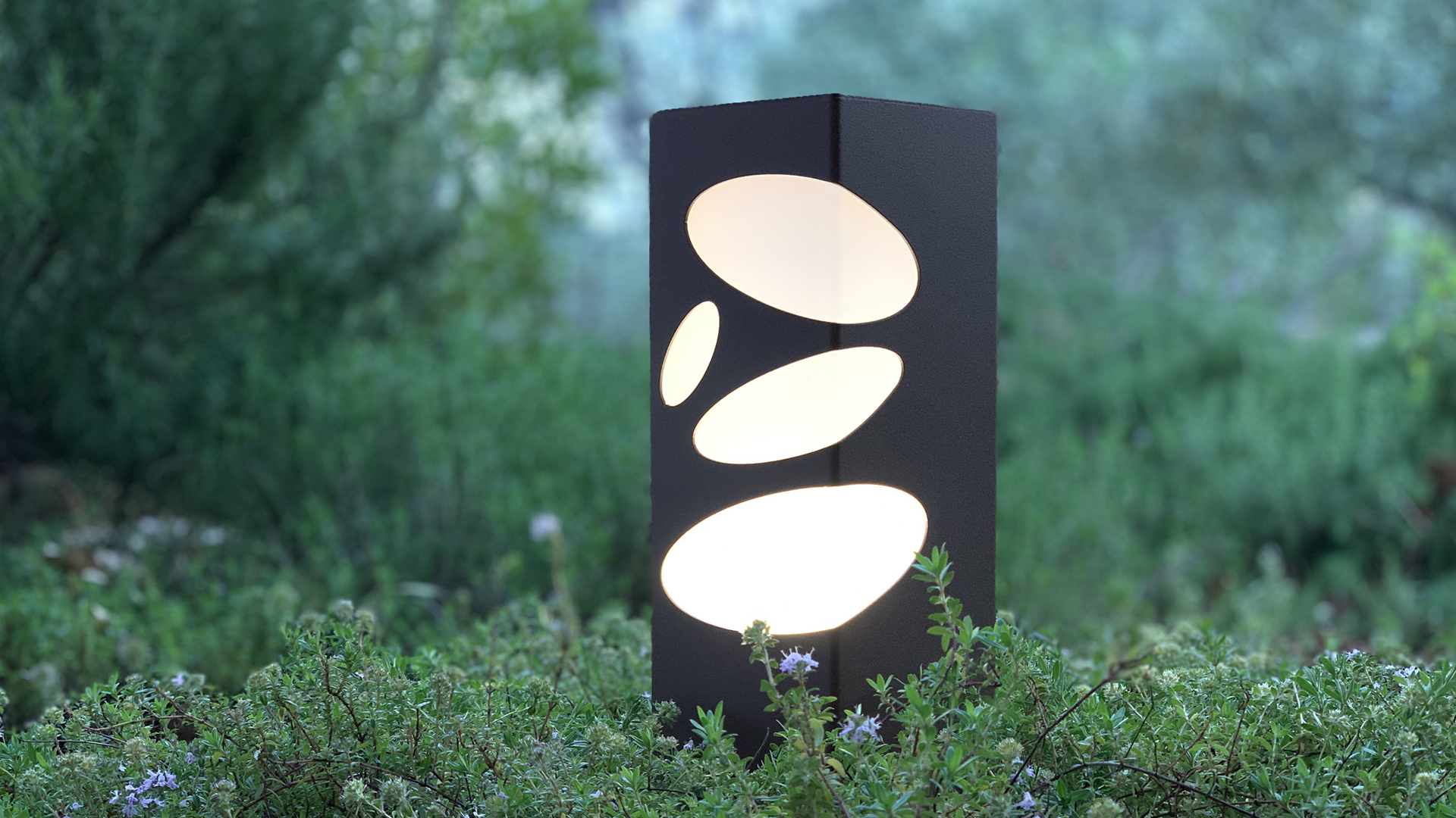 Borne LED lumineuse en acier inoxydable, rouille Corten ou gris anthracite. Cette borne LED lumineuse d'extérieur permet un éclairage performant et original avec ses motifs lumineux galets. La borne LED extérieure lumineuse BN 011 mini s'adapte à tout type d'environnement et est idéale pour l'éclairage d'allée, l'éclairage de jardin, le balisage de chemin. Comme toutes les bornes extérieures LYX Luminaires, bornes solaires ou bornes extérieures LED, la borne lumineuse extérieure BN 011 mini est de conception et de fabrication française.