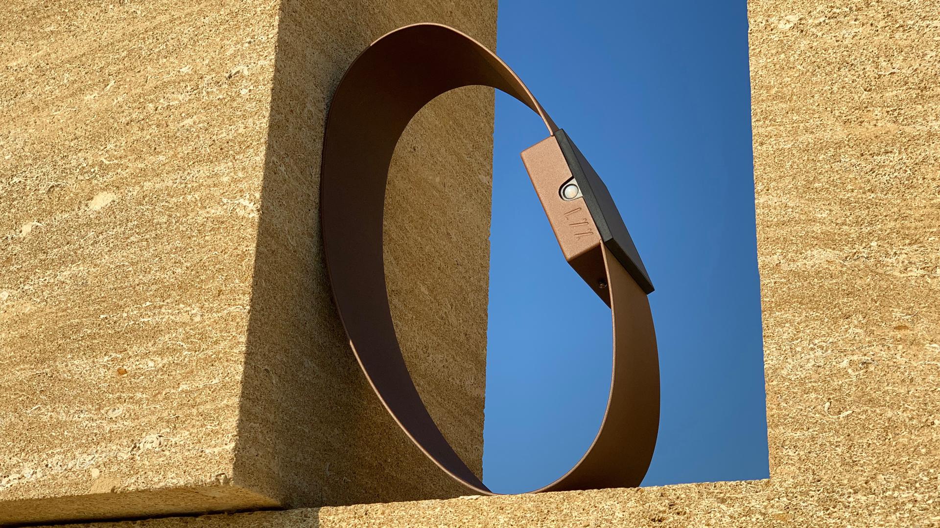 Borne solaire extérieure pour éclairage d'extérieur, en acier inoxydable, rouille Corten ou gris anthracite. Cette borne solaire extérieure permet un éclairage performant et un éclairage puissant. La lampe solaire extérieure RING est une lampe autonome, pièce unique s'adaptant à tout type d'environnement. Cette borne solaire extérieure au design original est équipée d'un détecteur de présence. Cadran solaire le jour et véritable sculpture lumineuse, RING peut devenir le soir une lampe de jardin pour éclairer votre extérieur. Comme toutes les lampes extérieures LYX Luminaires, la borne solaire extérieure RING est de conception et de fabrication française.
